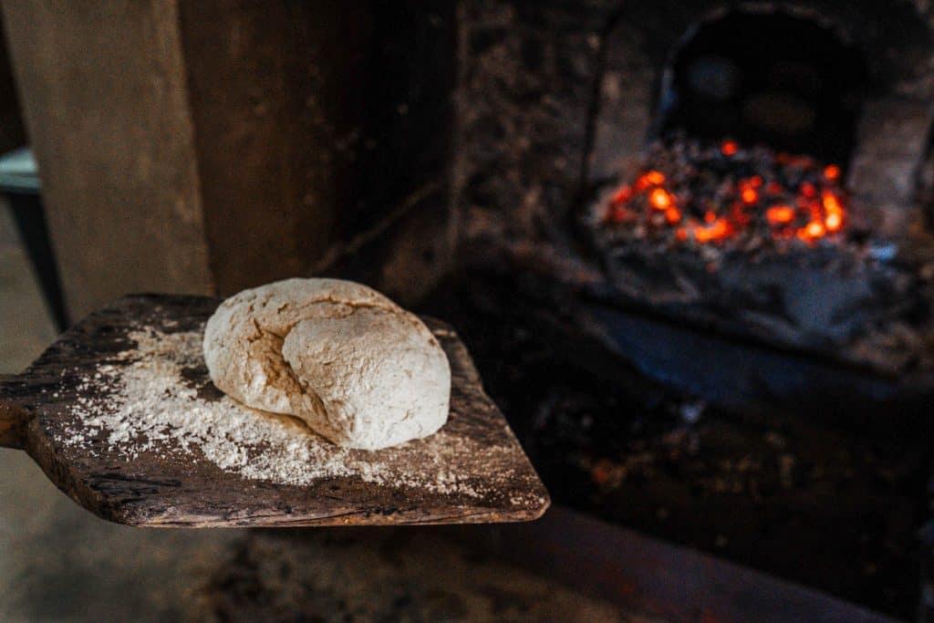 Fazer pão em forno a lenha