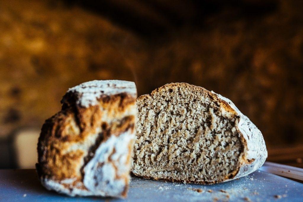 Pão cozido no forno a lenha